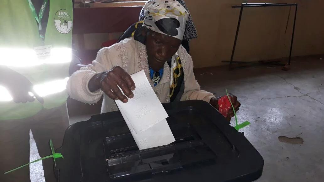 Police battle youths in Mathare ,Kibera ,Ruaraka as Voting continues amid low turn out in most parts of the country