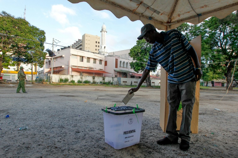 AKenyan man casts his ballot at a polling station in the old city of Mombasa in a vote which is being boycotted by the opposition © AFP / CYRIL VILLEMAIN