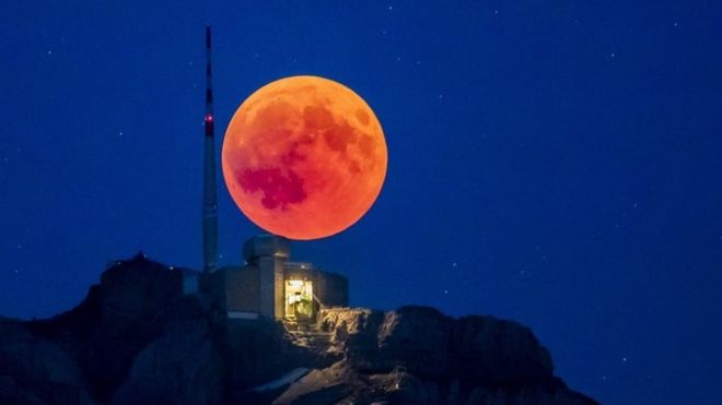 Youthful Kenyans amazed by appearance of  'Blood moon'